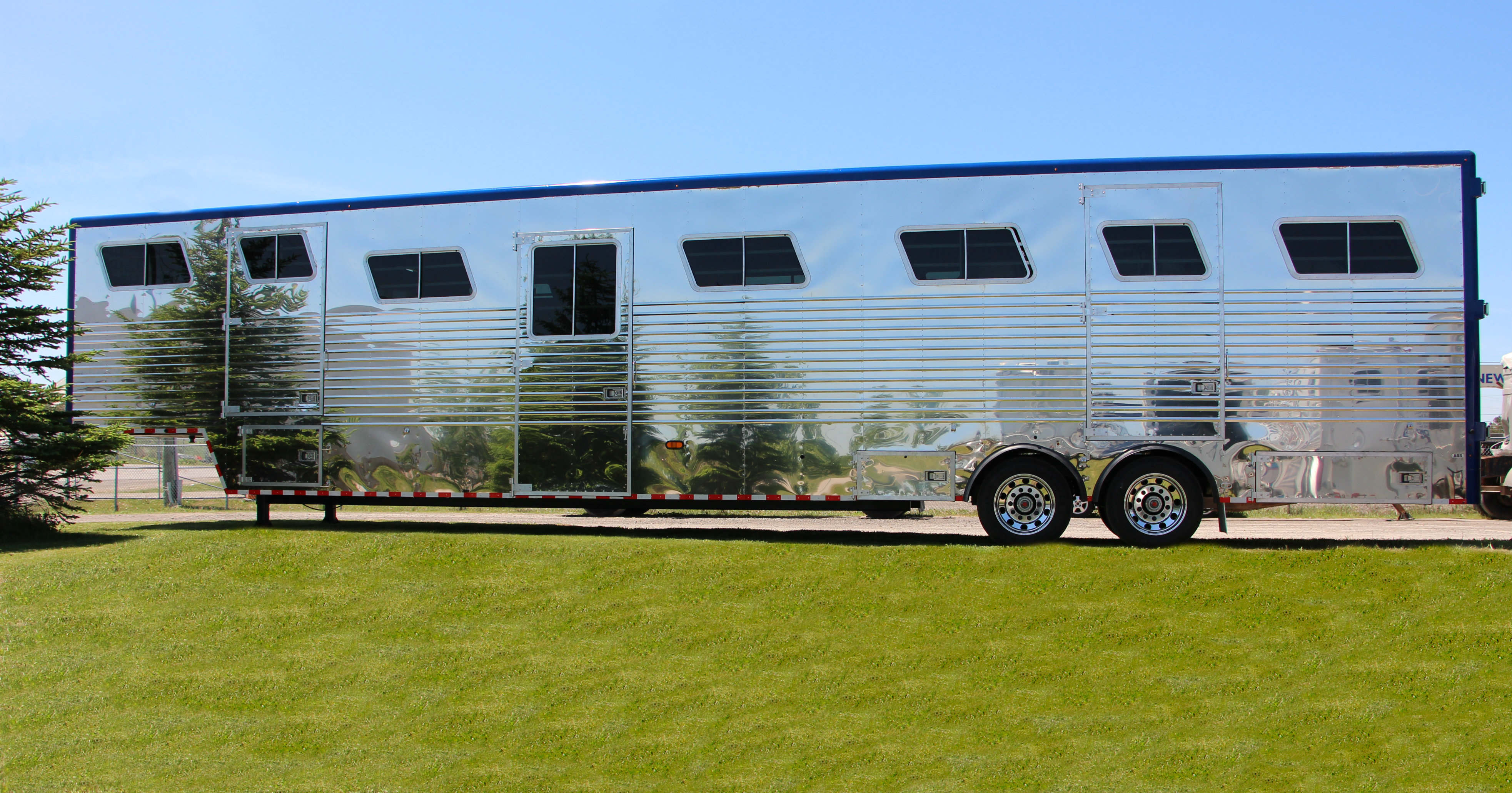 15 Horse Trailer with Painted Top Rail